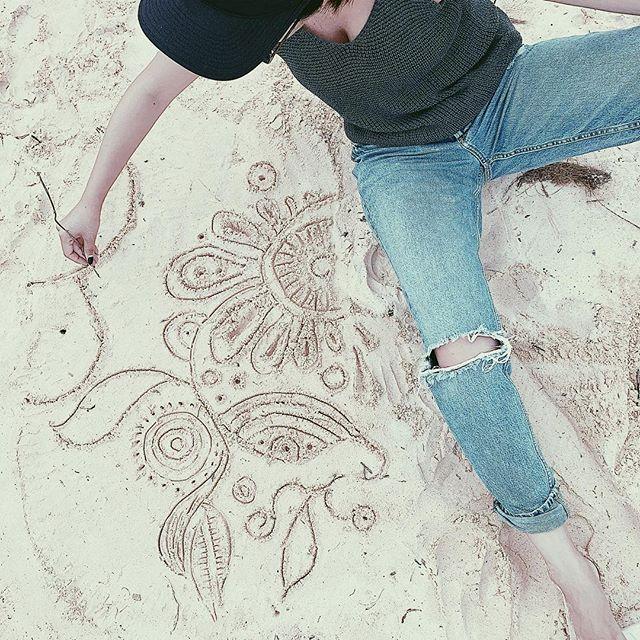 初めての砂浜へのお絵かき#akirart#art#artis#painter#paint#ocean#lanikai#lanikaibeach#kailua#beach#beachart#sandart#likeachild#meloveme#hawaii#hawaiilife#myart#japanese#アート#砂浜アート#ビーチアート#らくがき#画家#ラニカイビーチ