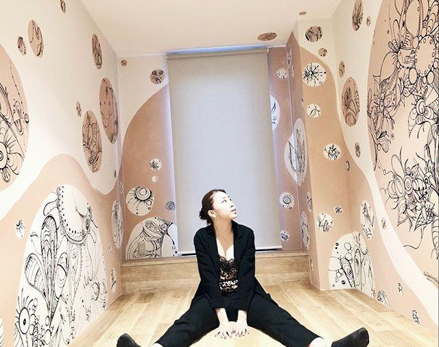 大阪に来られる際はぜひYOLO HOTELへ♡あきらのお部屋は3階の女性専用フロア。女性が落ち着くお部屋になるようにしたぁーよ。アートの中に少しの文字を隠してるので泊まった時は見つけてね〜♡他にも素敵なおへやで溢れてるから、何度も泊まりに行きたくなるはず🥺結局マッキー6本使っちゃったw@zebra_jp_official #yolobase#yolohotel#yolojapan#yoloartproject#ohama_inc#ターナー色彩#creame_osaka
