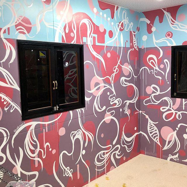 """東広島にある @bistrobells さんの個室にアートさせて頂きました。すべてお任せと言うことだったのでただ楽しく好き勝手描かせてもらいました。ただ一つ、大好きハイビスカスを…てなわけで忍ばせました、ハイビスカス!東広島にお越しの際は是非探してみてね^^♪ちなみにこのお部屋のタイトルは、""""パラレルワールド"""" です。是非、異空間へいざなわれてみて〜!ああ、楽しかったあ^^"""