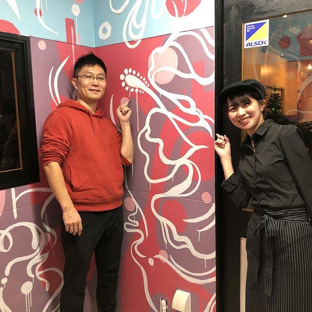 """オーナーさんと可愛い店員さん東広島にある @bistrobells さんの個室にアートさせて頂きました。すべてお任せと言うことだったのでただ楽しく好き勝手描かせてもらいました。ただ一つ、大好きハイビスカスを…てなわけで忍ばせました、ハイビスカス!東広島にお越しの際は是非探してみてね^^♪ちなみにこのお部屋のタイトルは、""""パラレルワールド"""" です。是非、異空間へいざなわれてみて〜!"""
