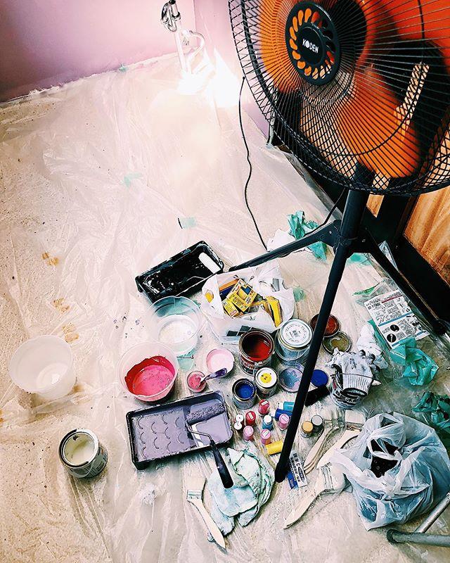 """アトリエみたいでたのしすぎた東広島にある @bistrobells さんの個室にアートさせて頂きました。すべてお任せと言うことだったのでただ楽しく好き勝手描かせてもらいました。ただ一つ、大好きハイビスカスを…てなわけで忍ばせました、ハイビスカス!東広島にお越しの際は是非探してみてね^^♪ちなみにこのお部屋のタイトルは、""""パラレルワールド"""" です。是非、異空間へいざなわれてみて〜!"""